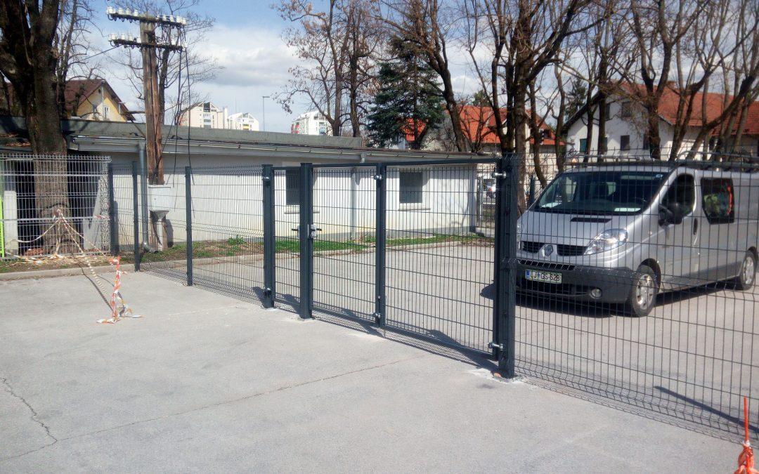 Montaža zgibnih krilnih vrat in panelne ograje