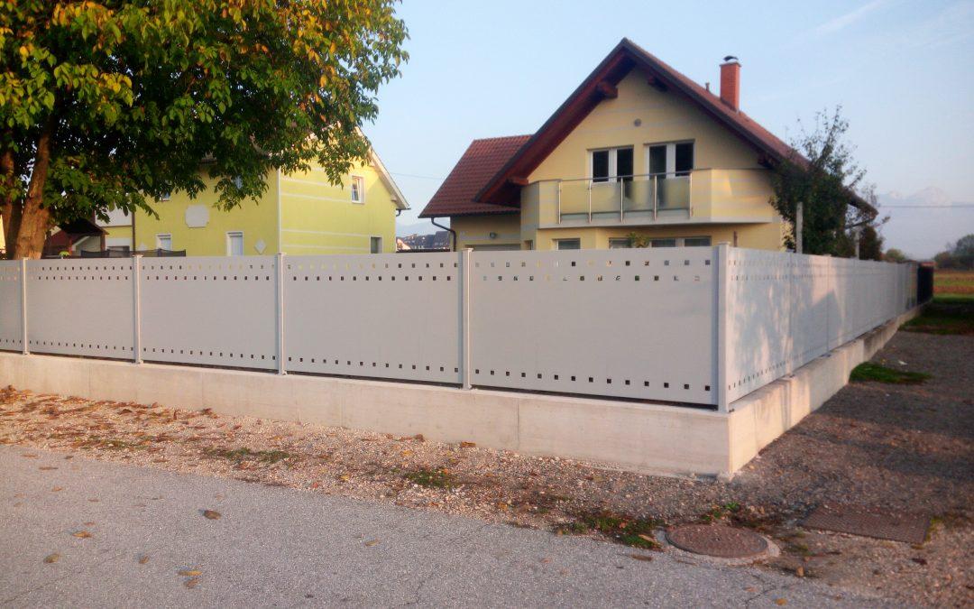 Montaža ograje iz perforirane pločevine